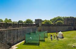 Activité de tir à l'arc au château d'Alnwick, Angleterre image stock