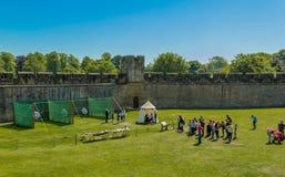 Activité de tir à l'arc au château d'Alnwick, Angleterre image libre de droits