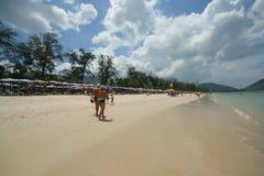 Activité de touristes sur la plage tropicale d'île de Phuket Image libre de droits