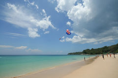 Activité de touristes sur la plage tropicale d'île de Phuket Images libres de droits