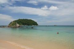 Activité de touristes sur la plage tropicale d'île de Phuket Photos stock