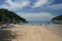 Activité de touristes sur la plage tropicale d'île de Phuket Photos libres de droits