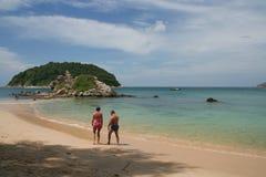 Activité de touristes sur la plage tropicale d'île de Phuket Image stock