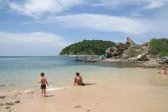 Activité de touristes sur la plage tropicale d'île de Phuket Photo libre de droits