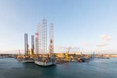 Activité industrielle aux docks dans le port de port Photographie stock libre de droits