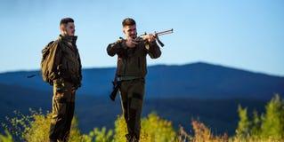 Activité masculine de passe-temps Saison de chasse Chasseurs barbus d'hommes avec le fond de nature de fusil Expérience et pratiq photographie stock