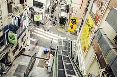 Activité mobile sur la scène de rue passante dans la ville Photographie stock