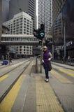 Activité mobile sur la scène de rue passante dans la ville Photo stock