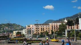 Activité quotidienne dans la ville de Quito avec Virgen del Panecillo à l'arrière-plan Image stock
