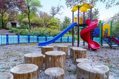 Activités colorées de terrain de jeu d'enfants en parc public photos stock