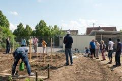 Activités de jardinage dans un camp de réfugié allemand Photos stock
