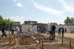 Activités de jardinage dans un camp de réfugié allemand Photo libre de droits