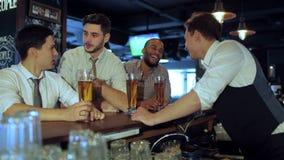 Activités de vrais hommes dans une barre avec de la bière banque de vidéos