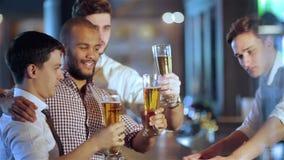 Activités de vrais hommes dans une barre avec de la bière clips vidéos