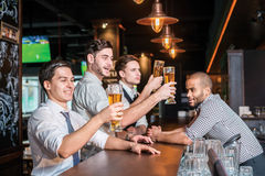 Activités de vrais hommes dans une barre avec de la bière Boisson de trois l'autre hommes Photo libre de droits