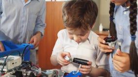 Activités pour de petits enfants Communication et concept numérique banque de vidéos