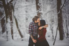 Activités saisonnières extérieures Couples affectueux de capture de mode de vie marchant dans la forêt neigeuse d'hiver Photo stock