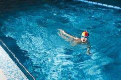 Activités sur la jeune forme physique de natation de garçon de piscine photographie stock libre de droits