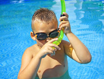 Activités sur la piscine images stock