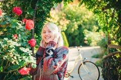 Activit? de week-end Loisirs et mode de vie actifs Bicyclette de tour de fille pour l'amusement La blonde apprécier détendent en  photographie stock libre de droits