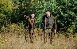 Activit? pour le vrai concept d'hommes Garde-chasse de chasseurs recherchant l'animal ou l'oiseau Chasse avec des amis Amis de ch images libres de droits
