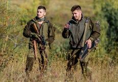 Activit? pour le vrai concept d'hommes Garde-chasse de chasseurs recherchant l'animal ou l'oiseau Chasse ill?gale Les amis de cha images libres de droits