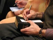 Activiteit bij een studie van de Bijbel Stock Foto