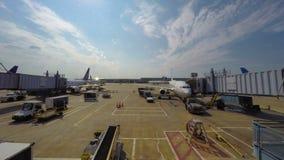 Activiteit bij poorten in de luchthaven van Chicago stock videobeelden