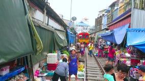 Activiteit in Maeklong-Spoorwegmarkt, Thailand stock videobeelden