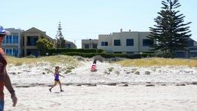 Activiteit op vroeg ochtend zonnig strand stock footage