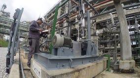 Activiteit in raffinaderijinstallatie stock footage