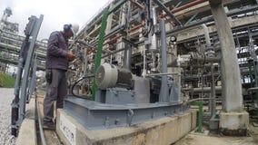 Activiteit in raffinaderijinstallatie stock video