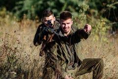 Activiteit voor echt mensenconcept Jagers met geweren in aardmilieu Jagersjachtopzieners die dier of vogel zoeken stock foto's