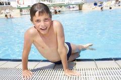 Activiteiten op de pool Het leuke boyplaying in zwembad royalty-vrije stock fotografie