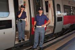 Activiteitenpolitiebureau; Van de controleveiligheid en trein passagiers Stock Fotografie
