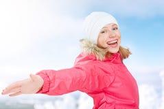 Activités d'hiver en nature fille heureuse avec les mains ouvertes appréciant la vie Image libre de droits