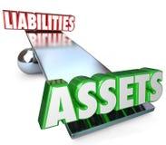 Activos contra la escala de la balanza de las responsabilidades neta valor valor de la riqueza del dinero Imágenes de archivo libres de regalías