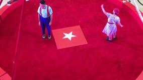 Acto de circo en un anillo rojo TX