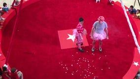 Acto de circo en vídeo rojo del anillo