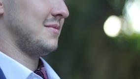 Actor antes de tirar la pintura en un bigote almacen de video