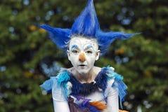 Actor de la calle vestido como un pájaro de hadas
