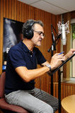 Actor de la voz de la animación en cabina de la grabación Imagen de archivo libre de regalías