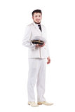 Actor del oficial de la marina de guerra que sonríe en uniforme del blanco de vestido Imagenes de archivo