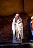 Actor en el traje romano del sacerdote en el sitio Roman Bath, Reino Unido de la historia Imágenes de archivo libres de regalías