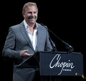 Actor Kevin Costner pays tribute to Annette Bening Stock Photos