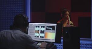 Actor que hace voz encima en estudio de los sonidos almacen de video
