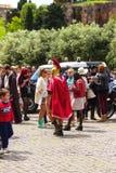 Actor que representa a un legionario romano para los turistas en Roma Imágenes de archivo libres de regalías