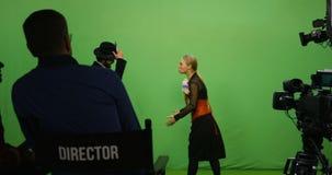 Actor y actriz que realizan una escena almacen de video