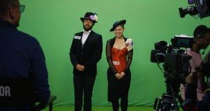 Actor y actriz que realizan una escena almacen de metraje de vídeo