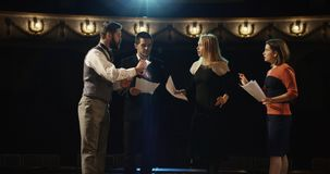 Actoren die in een theater repeteren stock foto's